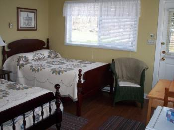 Motel efficiency unit #5 - 2 double beds - 4-piece bathroom (No breakfast included)