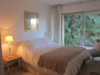 Chambre 2 vue jardin, lit Queen size 160 x 200 cm