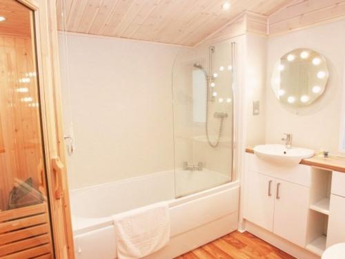 1 Bed Holly Cabin - Bathroom