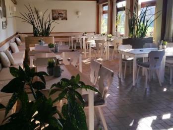 Dieser Raum dient als Gastraum und Frühstücksraum und wir größere Veranstaltungen genutzt.