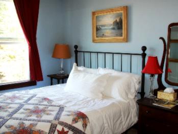 Room 09, Queen Bed-Queen-Shared Bathroom-Standard - Base Rate
