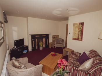 Cheltenham Apartments Harrogate - Comfortable lounge in apartment 2