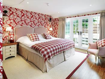 Double or Twin-Suite-Ensuite with Shower-Garden View-The Wadenhoe