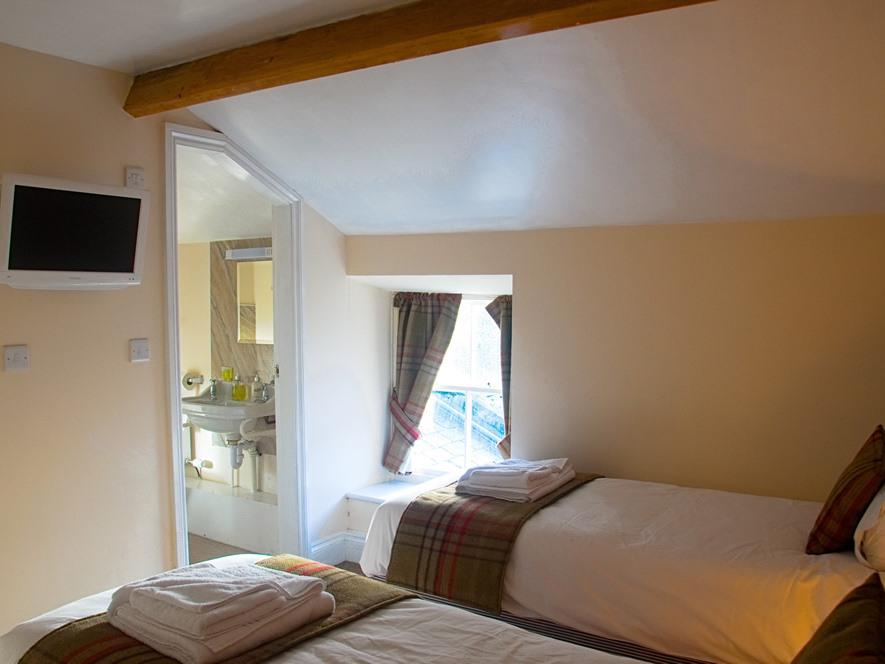 Twin room-Standard-Ensuite with Shower-Room 4 - Base Rate