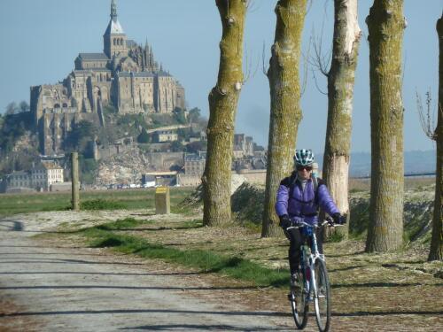 petite route vers le Mont-Saint-Michel