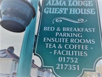 Alma Lodge Guest House - Lamppost that can be seen from road