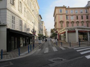 L'entrée de l'immeuble est située au début de la rue Longchamps, élégante artère semi-piétonne.