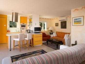 La Suite Jaune (50m2) de La Tarentane à Grimaud est un grand espace idéal pour un couple ou une petite famille à la recherche de vacances détente tout confort, au bord de la piscine.