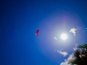 Parapente au dessus de la Villa Mascarine