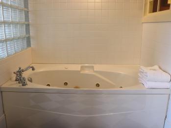 Queen Snug Room - Double Whirlpool Bath