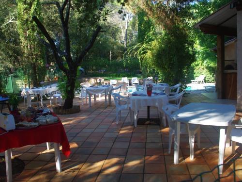 petit-déjeuner sur la terrasse de la piscine