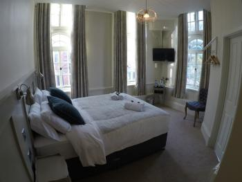 King-Premier-Ensuite with Shower-Street View-Grand premier room