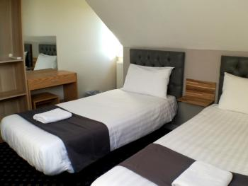 Twin room-Premium-Ensuite with Shower-Garden View - Base Rate