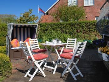 Strandkorb, Tisch und Stühle
