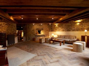 Salón recibidor con horno de pan antiguo