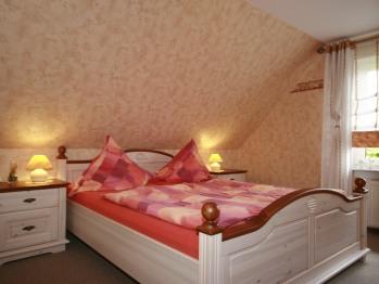 Schlafzimmer mit King Size Bett im Landhausstil