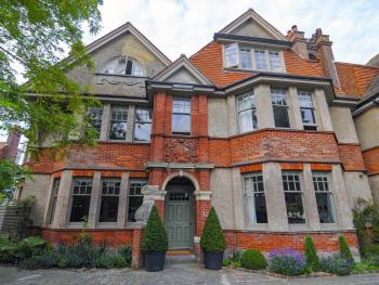 Saffrons Apartment - Beautiful Arts & Crafts facade