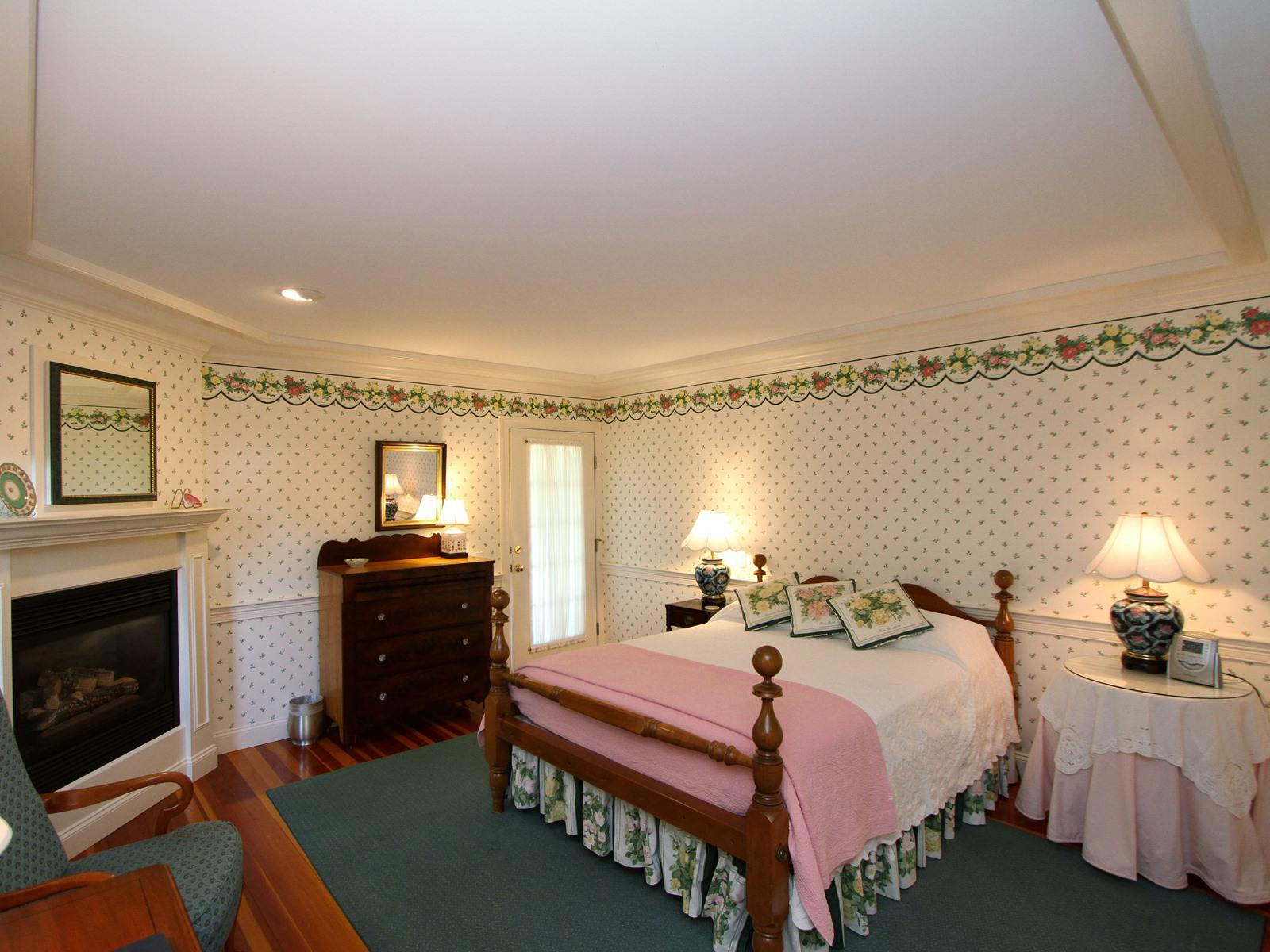 Queen-Ensuite-Superior-Balcony-Carriage House 1