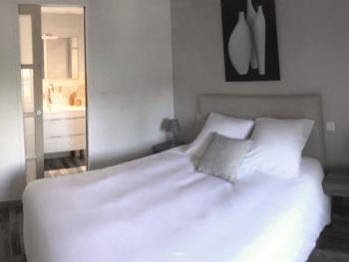 Chambre 1er étage avec salle de bain privée