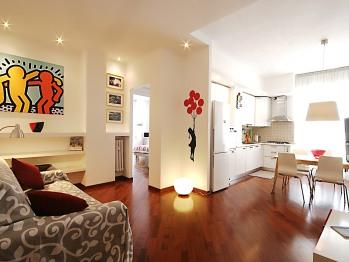Appartamento-Superiore-Bagno in camera con vasca-Balcone-Albero