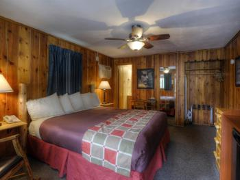 #28 One King Bed Duplex -Cabin-Private Bathroom