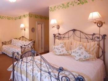2nd floor front queen/daybed