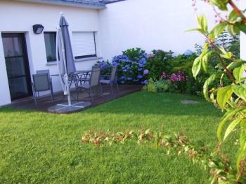 Vue sur la terrasse privative de la maison de vacances '' Le Loft '' et les 350 m² de gazon, terrain de jeu des enfants