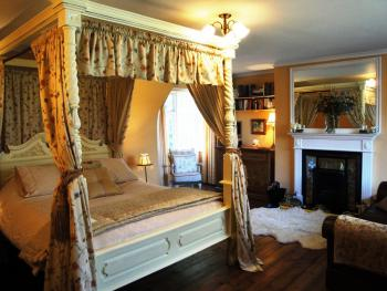 Frampton Cottage - Four Poster Bed with Log fire