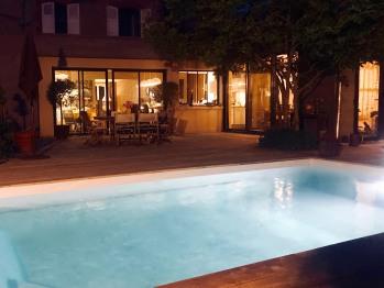 La piscine chauffée avec terrasse