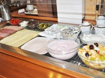 Frühstücksbuffet: Milchprodukte und feine Wurstwaren