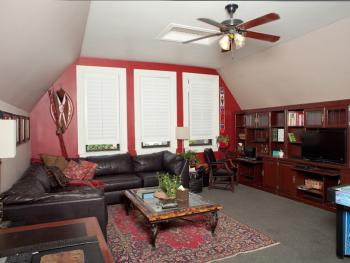University Quarters- Huge Lounge Area w/Leather Sofa Recliner- 3RD FLOOR- SHARED BATH