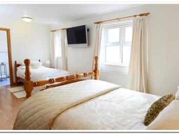 Bedroom with jacuzzi en-suite
