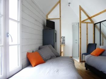 Duplex, chambre avec 2 lits simples et salle de bain