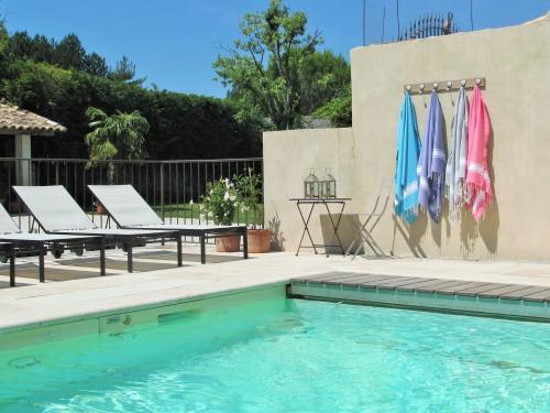 espace piscine avec pool house, sécurisée et chauffée en saison