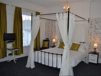 Double-Superior-Ensuite-With Four Poster Bed