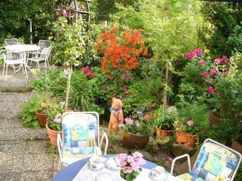Der Gastgarten im Sommer