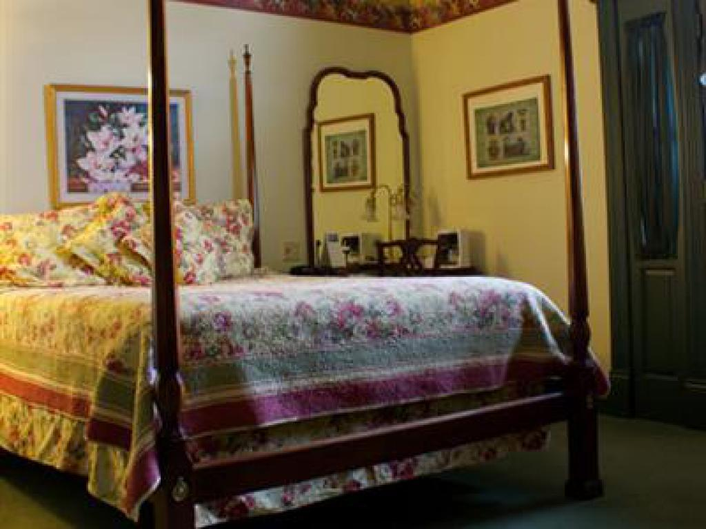 8 W.B. Yeats  Queen Room-Queen-Ensuite-Standard - The Fig & The Pheasant Rate