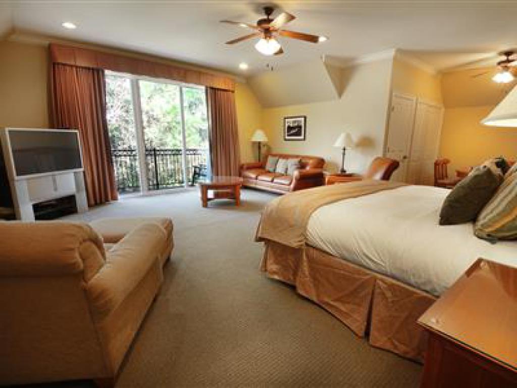 Quad room-Ensuite-Suite-105 Fairway Suite