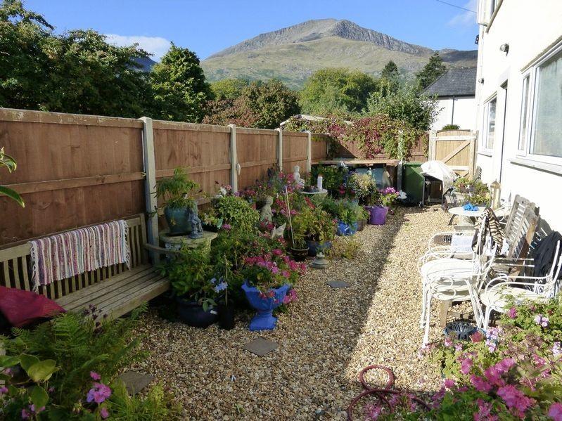 Private guest garden