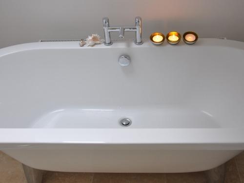 Relaxing roll top bath