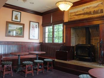 St. Brendan's Irish Pub - Bog Snug