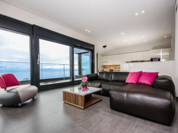 Le vaste et très agréable espace pour ce séjour aux larges baies vitrées