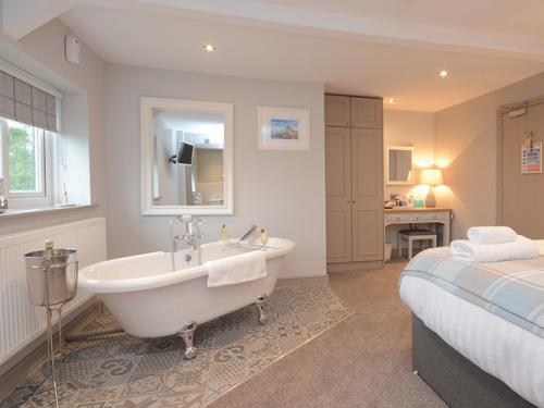 Freestanding bath in room 4