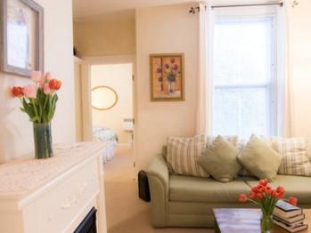 1st floor courtyard queen sitting room