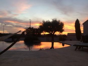 Coucher de soleil au bord de la piscine.