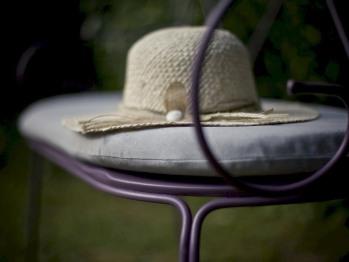 Mobilier de jardin (table, chaises, chaises longues) et tennis de table