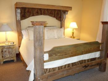 The Country Suite - King Bed / 2 Twin Beds / Jacuzzi Bathtub w/Shower