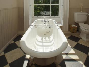 The Quorn Rm roll top bath