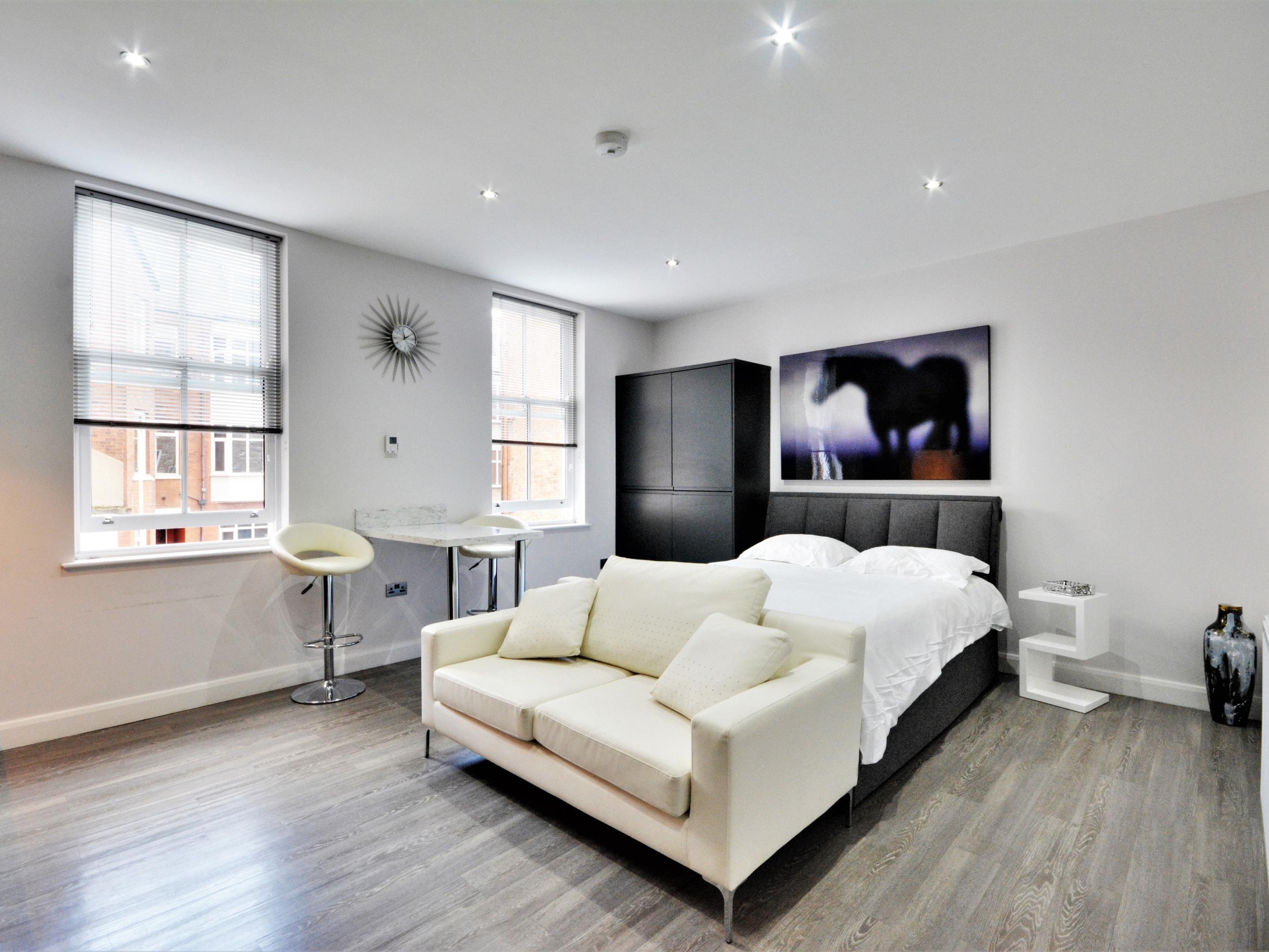Studio-Premium-Ensuite with Shower-Street View-Studio apartment / - Base Rate