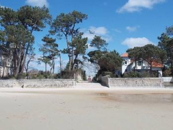 La plage de Taussat-les-Bains, à 150m de la villa Glen-Tara (on aperçoit la chapelle)